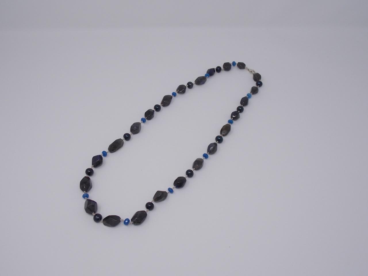 comprare popolare 219e8 6a913 Collana con labradorite, perle nere e radice di zaffiro